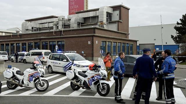 Les forces de police belges ont sécurisé tout le périmètre de l'aéroport, dont on ne peut plus s'approcher, après les explosions terroristes du 22 mars.