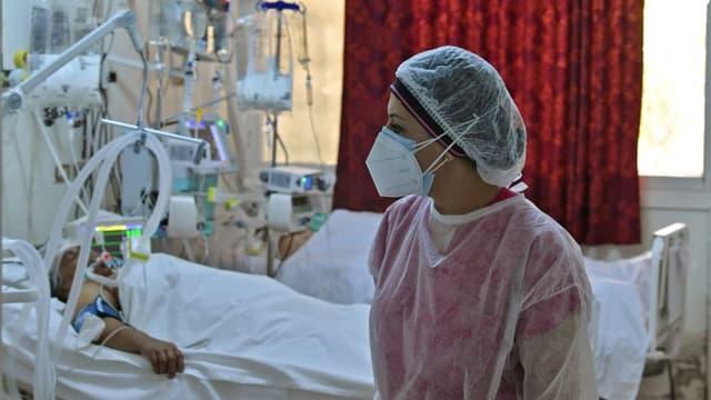 Une docteure dans un hôpital de campagne dédié à la lutte contre le Covid-19, à Kairouan (centre de la Tunisie), le 4 juillet 2021