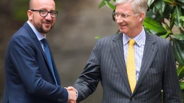 Charles Michel (à gauche) serre la main du roi Philippe de Belgique, le 26 juin 2014.