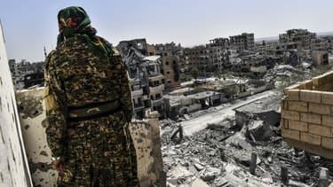 Un membre des Forces démocratiques syriennes à Raqqa le 8 octobre 2017