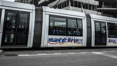 Un tram lyonnais traverse le quartier de la Confluence en 2014 (PHOTO D'ILLUSTRATION).