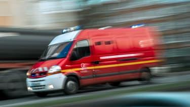 Un véhicule termine sur le toit à Strasbourg, au milieu des rails du tramway, après une collision. (Photo d'illustration)