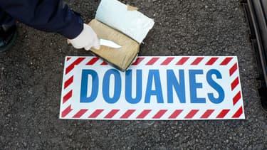Un pain de cocaïne saisi par les douanes françaises (image d'illustration)