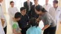 Le dissident chinois Chen Guangcheng entouré de sa femme et de ses enfants dans un hôpital de Pékin. L'opposant aveugle veut quitter la Chine pour les Etats-Unis en raison des craintes qu'il éprouve pour sa sécurité. Le sort de ce dissident, qui a passé s