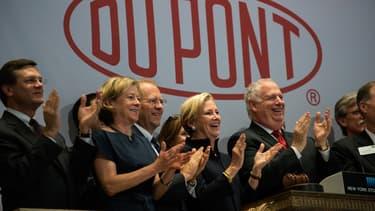 Ellen Kullman (au centre) va quitter DuPont le 16 octobre.