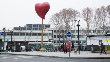 """""""Le coeur de Paris"""", une oeuvre de Joana Vasconcélos installée porte de Clignancourt."""