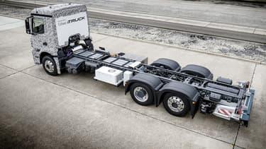 L'énergie électrique est fournie par des batteries ion-lithium, pour permettre au camion de transporter 25 tonnes sur 200 kilomètres. Le bloc batterie pèse 2 700 kilogrammes à lui seul.
