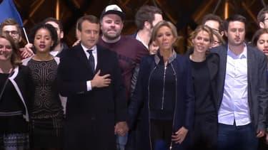 Morgan Simon, derrière Emmanuel et Brigitte Macron, a fait le buzz sur Internet.