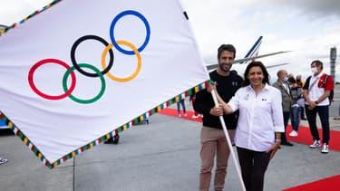 Tony Estanguet et Anne Hidalgo avec la bannière olympique
