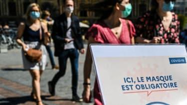 Une affiche indiquant que le masque est obligatoire dans une rue de Lille, le 30 juillet 2020 dans le nord de la France