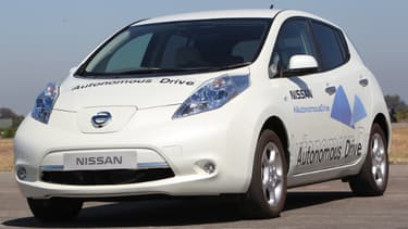 """La mention """"autonomous drive"""" inscrite sur ce véhicule Nissan indique qu'il se conduira tout seul."""
