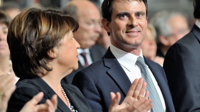 Sourire de façades entre Martine Aubry et Manuels Valls lors d'un meeting commun en mai 2014.