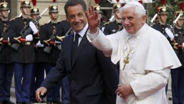 © Reuters / Plusieurs voix de gauche reprochent à Nicolas Sarkozy d'avoir fait plusieurs signes de croix ainsi qu'une prière, lors de sa rencontre avec le pape Benoît XVI venrdredi.