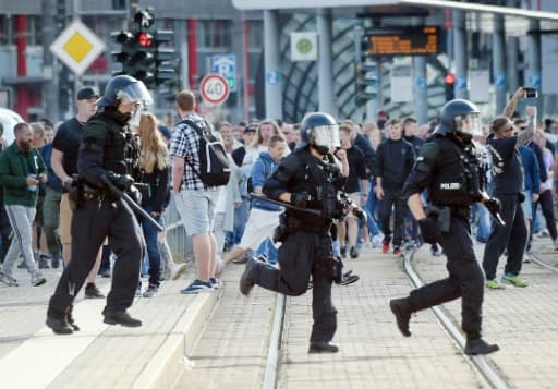 "La police anti-émeute dans les rues de Chemnitz, ex-RDA, le 26 août 2018 après la mort d'un Allemand de 35 ans lors d'une bagarre ayant impliqué des gens de ""diverses nationalités"", selon la police"