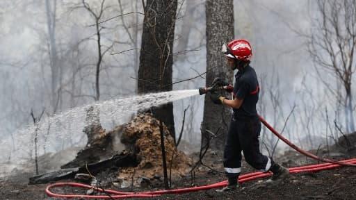 Image d'illustration d'un pompier lors d'un incendie à Carros le 24 juillet 2017