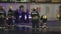 """Des pompiers chinois en train de nettoyer, samedi 1er mars, le secteur où a eu lieu l'attaque """"terroriste"""""""