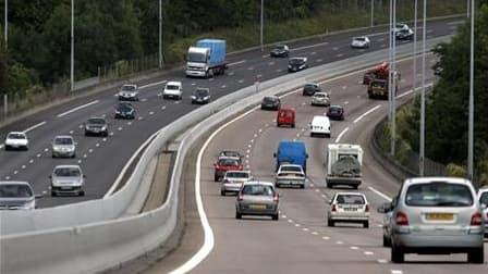 Les autoroutes françaises sont parmi les plus sûres d'Europe mais de gros efforts restent à faire pour sécuriser le reste du réseau, selon une étude européenne réalisée sur des échantillons de voiries. /Photo d'archives/REUTERS/Charles Platiau