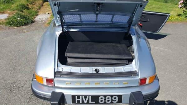 Le compartiment moteur de la 911 à l'arrière, sans moteur donc, est devenu un coffre.