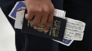 Un touriste yéménite tenant son passeport le 6 février dernier