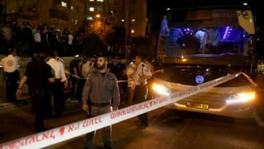 Des forces de sécurité et des secouristes sur le site où un Arabe a poignardé un Israélien avant d'être tué le 12 octobre 2015 à Jérusalem