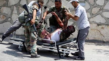 """Soldats libanais blessé dans le village d'Adaïsseh. Un incident sérieux a fait cinq morts à la frontière israélo-libanaise, rompant inopinément une trêve conclue il y a quatre ans sous l'égide des Nations unies, qui ont appelé les deux voisins à la """"reten"""