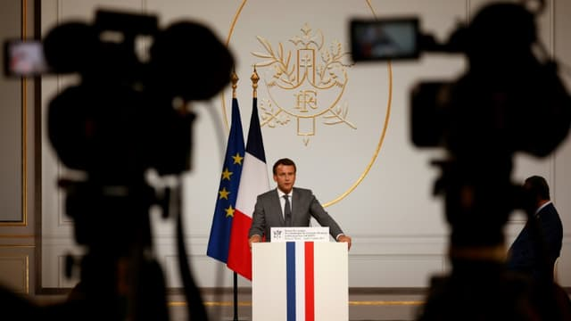 Emmanuel Macron prononce un discours lors d'une cérémonie de remise de la Légion d'honneur au révérend Jesse Jackson, à l'Elysée le 19 juillet 2021