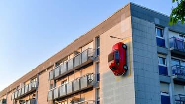 La Fiat 500 bien garée sur son emplacement à la verticale.