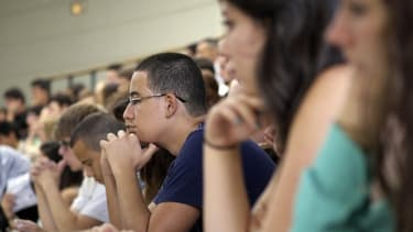 La suppression des aides au mérite avait créé une polémique, car elle pénalisait notamment les étudiants les plus modestes.