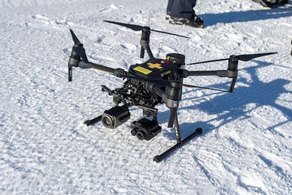 Le drone, fabriqué par DJI,  est équipé de deux caméras, l'une offrant un zoom grossissant 180 fois, et l'autre thermique.