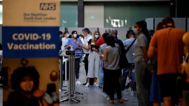 Des personnes attendent pour se faire vacciner contre le Covid-19 au Tate Modern, le 16 juillet 2021 à Londres