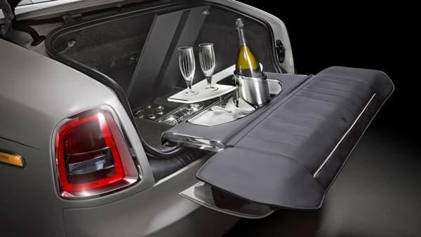 La glacière pour un petit rafraîchissement en bord de route? Oubliez, avec Rolls-Royce c'est champagne et flûtes ou rien.