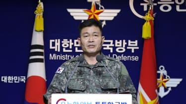 L'Etat-major de l'armée sud-coréenne Jeon Dong-Jin prend la parole lors d'une conférence de presse à propos du tir de missile de la Corée du Nord, le 28 novembre 2019