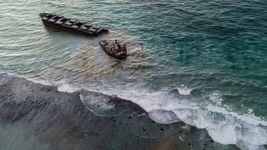 Vue aérienne du vraquier MV Wakashio qui s'est brisé en deux près des côtes de l'Ile Maurice, le 16 août 2020