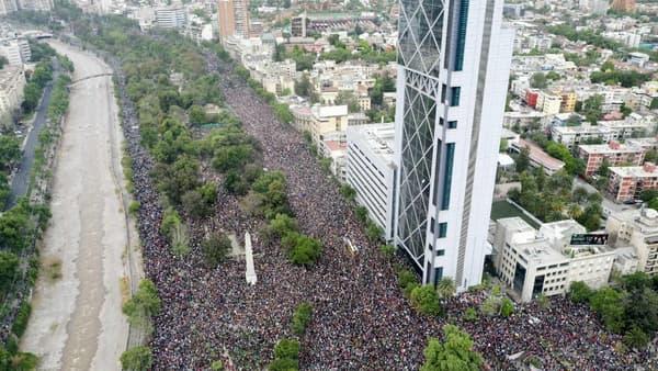 Des milliers de manifestants dans les rues de Santiago de Chile, au Chili, le 25 octobre 2019