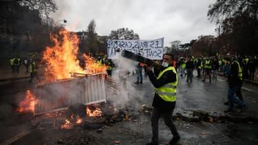 Des manifestants construisent une barricade le 1er décembre 2018 à Paris.