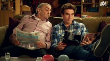 """Bernard Chéron (à gauche) avec Axel Huet dans la série """"En famille"""""""
