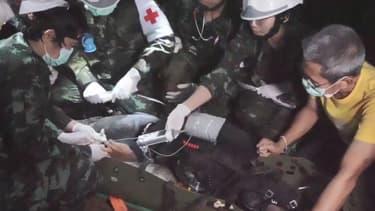 Capture d'une vidéo diffusée le 11 juillet par les autorités thaïlandaises montre les secouristes à l'oeuvre dans la grotte, pendant l'opération de sauvetage.