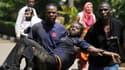 Des hommes évacuent une jeune femme victime des Shebabs à Nairobi, au Kenya.