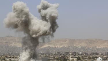 Fumée après une attaque aérienne dans le quartier de Jobar à l'est de Damas en Syrie, le 29 avril 2015.