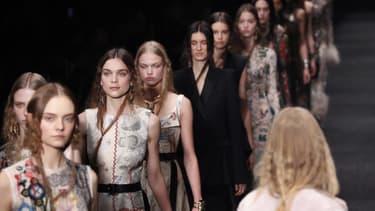 Des mannequins présentent des créations d'Alexander McQueen de la collection automne-hiver 2017-2018 pendant un défilé à Paris, le 6 mars 2017 (photo d'illustration)