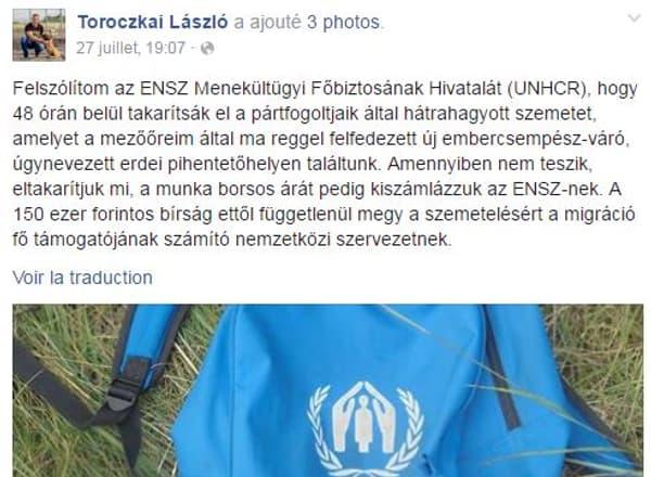 Un sac-à-dos bleu du HCR trouvé dans un champ près d'Asotthalom.