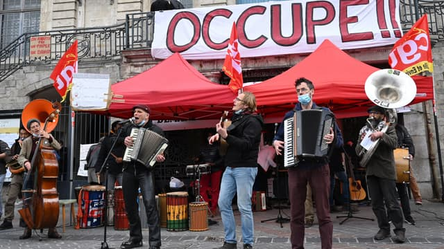 Quelques centaines d'intermittents et professionnels de la culture se sont rassemblées vendredi 26 mars 2021 à Lille.