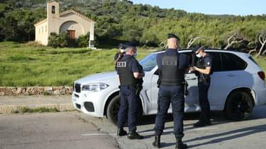 Des policiers procèdent un contrôle lors du confinement le 11 novembre 2020, près d'Ajaccio en Corse