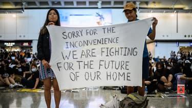 Des manifestants à l'aéroport d'Hong Kong ce vendredi.