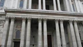 """Les portes de la cathédrale Saint-Paul à Londres ont été fermées vendredi en raison du flot grandissant des """"indignés"""" qui campent depuis six jours devant l'édifice. /Photo prise le 21 octobre 2011/REUTERS/Andrew Winning"""
