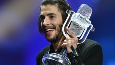 Salvador Sobral, l'heureux vainqueur de l'Eurovision 2017, reçoit son prix