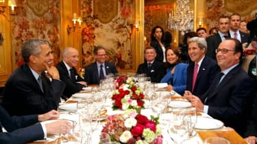 Barack Obama et Laurent Fabius (D) en face de François Hollande, John Kerry et Ségolène Royal (D) lors du dîner à L'Ambroisie, le 30 novembre 2015 à Paris