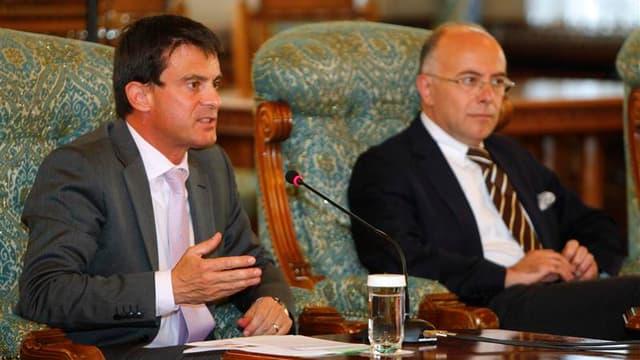 Le ministre de l'Intérieur Manuel Valls et son homologue délégué aux Affaires européennes Bernard Cazeneuve lors d'une réunion avec le président roumain Traian Basescu à Bucarest. La France et la Roumanie ont signé mercredi un accord, valable deux ans, de