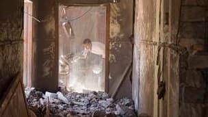 Lors d'une visite du village de Madjar organisée pour la presse par le gouvernement libyen. Tripoli a accusé mardi l'Otan d'une bavure qui aurait tué 85 personnes, pour les trois quarts des femmes et des enfants, lors d'un raid contre le village proche de
