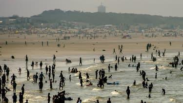 Baigneurs sur la plage de Calais le 25 août 2016.